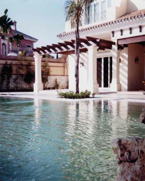 Overflow swimming pool in Marbella